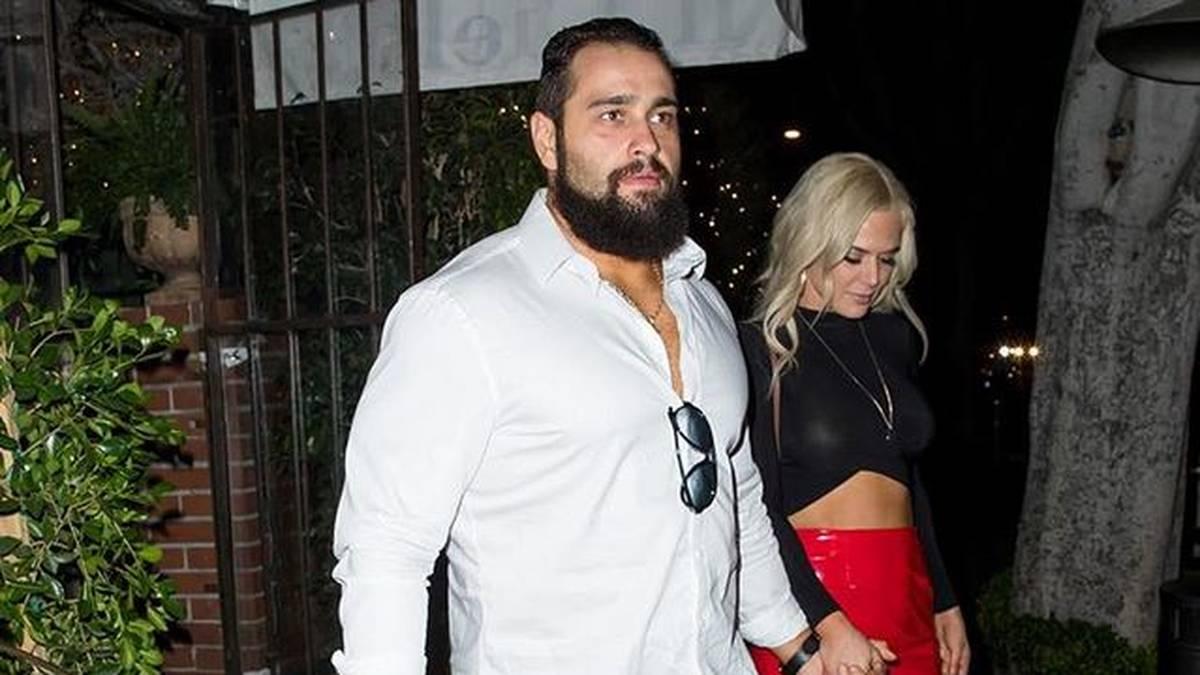 Rusev hat Corona, Ehefrau Lana (l.) bangte um ihre Eltern
