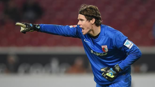 Marwin Hitz vom FC Augsburg zeigt