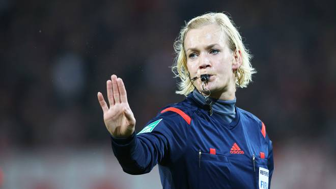 Schiedsrichterin Bibiana Steinhaus pfeift Kickers Offenbach v Karlsruher SC - DFB Pokal