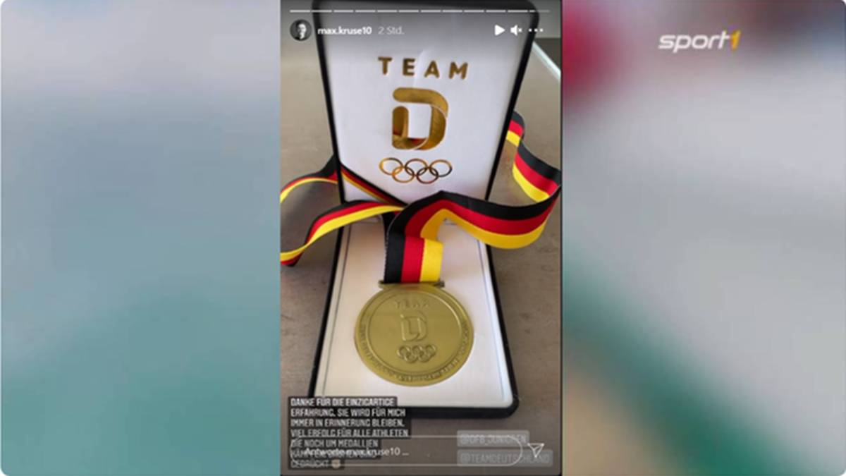 Max Kruse präsentiert seine Medaille