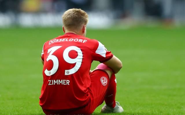 Fortuna Düsseldorf: Jean Zimmer zieht sich Außenbandriss gegen Leverkusen zu. Jean Zimmer von Fortuna Düsseldorf hat sich gegen Leverkusen verletzt