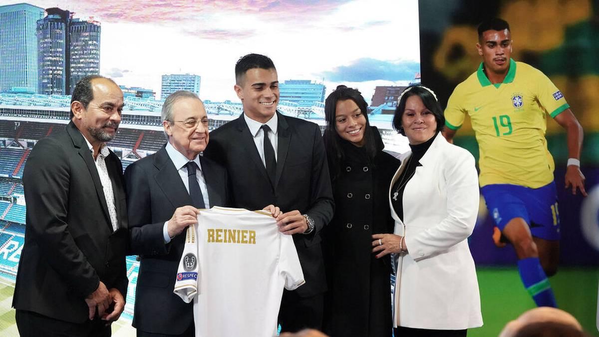 Reinier Jesus (mi.) bei seiner Vorstellung bei Real Madrid mit Real- Präsident Florentino Perez (2.v.l.)