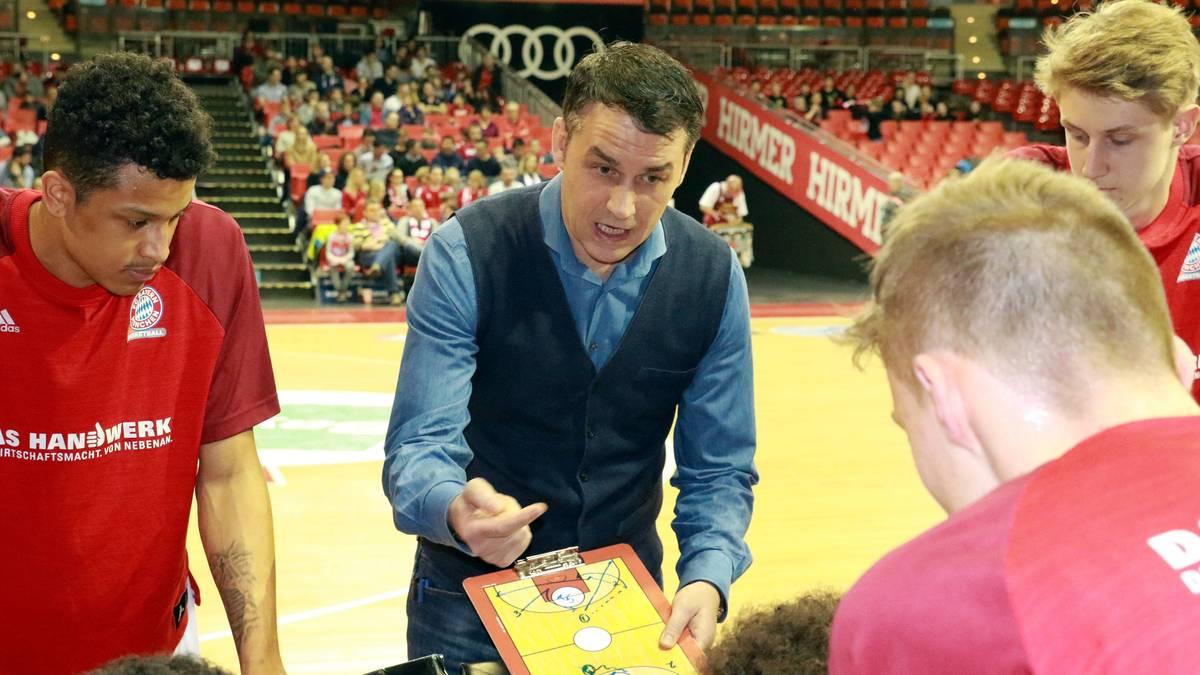Co-Trainer Oliver Kostic vom FC Bayern Basketball gibt taktische Anweisungen