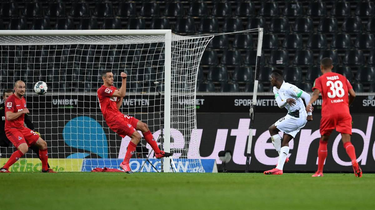 Breel Embolo of Borussia Mönchengladbach scores