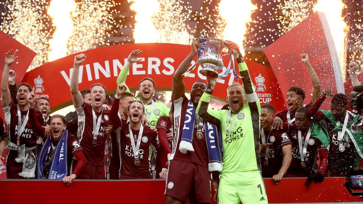 Leicester City um Keeper Kasper Schmeichel feiert den Gewinn des FA Cup