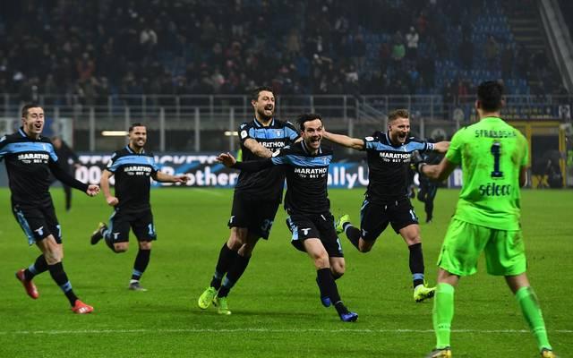 Lazio-Torwart Thomas Strakosha wird von seinen Teamkollegen gefeiert