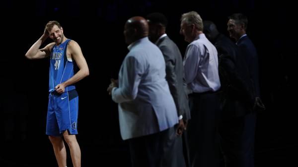 Zuletzt hatte Nowitzki nach 21 NBA-Spielzeiten in seinem letzten Heimspiel für die Dallas Mavericks seinen Rücktritt erklärt. Gegen die Phoenix Suns ließ der 40-Jährige zuvor noch einmal sein Können aufblitzen