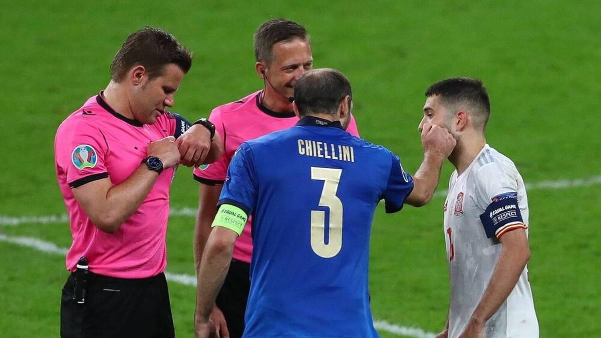 Giorgio Chiellini zog Jordi Alba bei der Seitenwahl vor dem Elferschießen auf