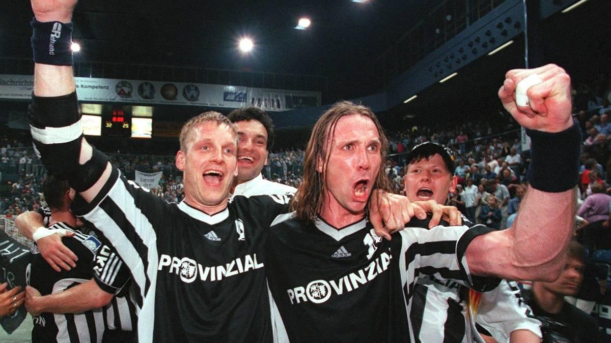 Der THW Kiel bejubelt einen Derby-Sieg gegen die SG Flensburg-Handewitt in der Saison 1999/2000