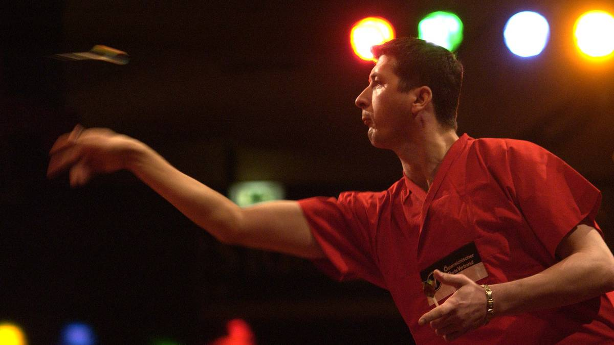 Mensur Suljovic nimmt 2002 erstmals an der BDO-Weltmeisterschaft teil