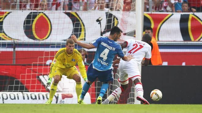 Strittigste Szene der Partie: Emir Spahic vom Hamburger SV sieht für eine vermeintliche Notbremse gegen Anthony Modeste (1899 Hoffenheim)