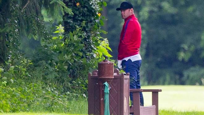 Erwischt! Wayne Rooney erleichtert sich auf dem Golfplatz