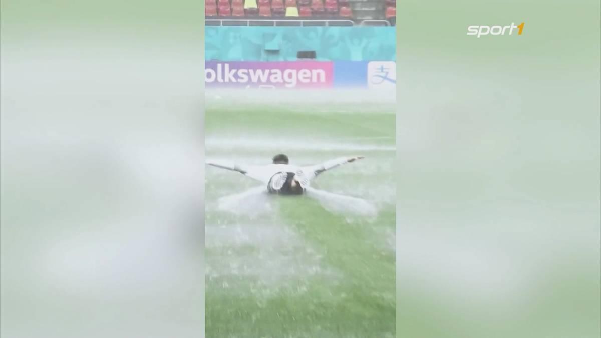 Wegen strömenden Regens muss Österreichs Nationalmannschaft ihr Abschlusstraining verlegen. Christoph Baumgartner nutzt den Regen für jede Menge Spaß.