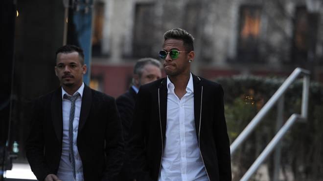 Neymar (r.) auf dem Weg ins Gericht
