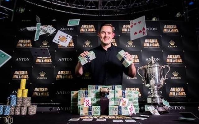 Toby Lewis mit dem gewonnenen Preisgeld von über 1,4 Millionen australischen Dollar