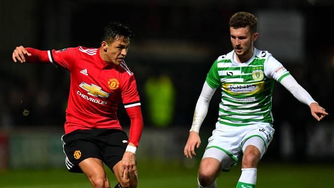 Alexis Sanchez (l.) bereitete in seinem ersten Spiel für Manchester United ein Tor vor