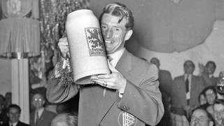 Fritz Walter mit Bierkrug
