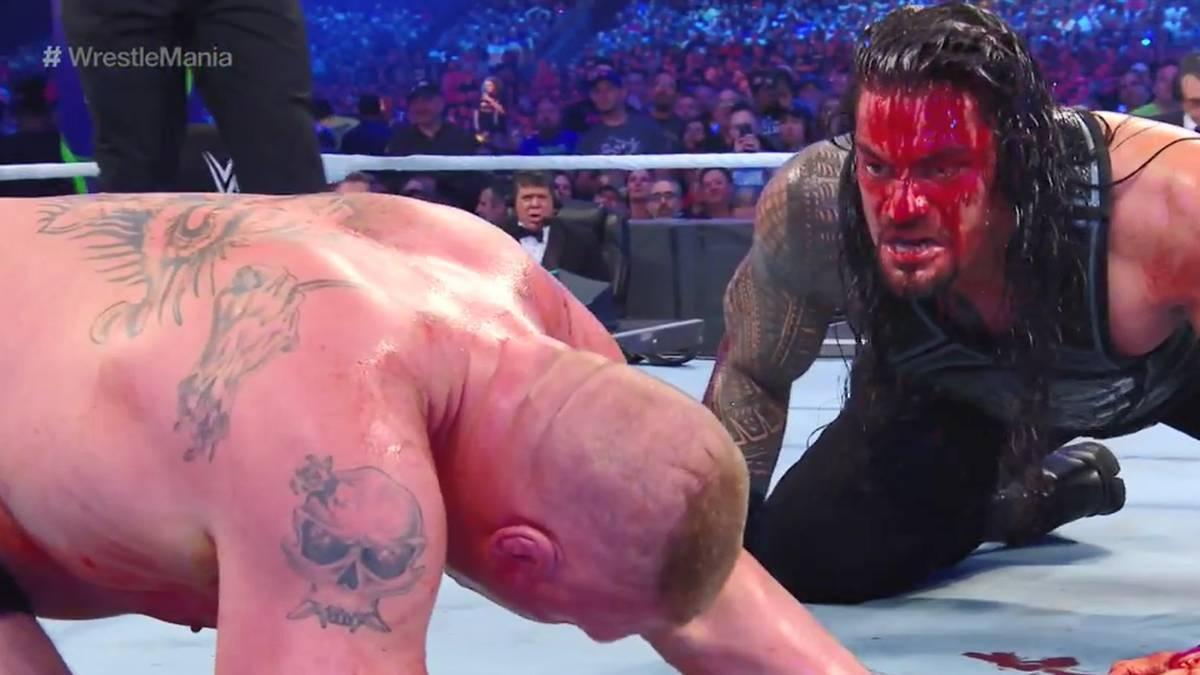 Roman Reigns (r.) bekam bei WrestleMania 34 gegen Brock Lesnar eine blutige Wunde ab