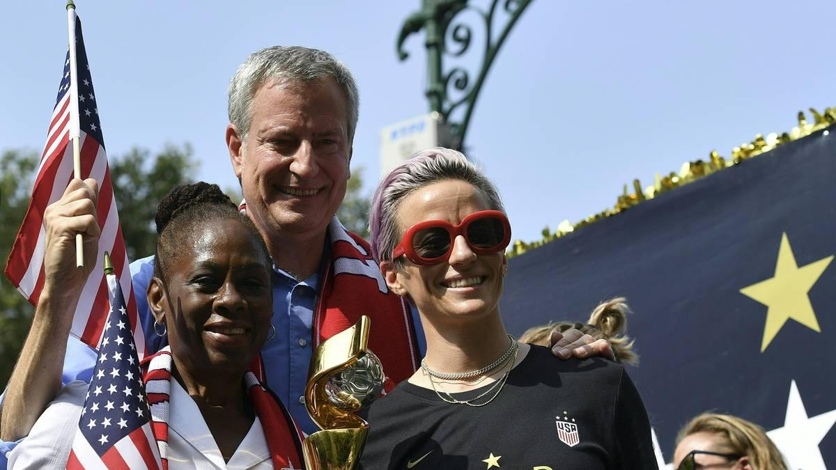 In New York gehört Bürgermeister Bill de Blasio (M., mit seiner Frau Chirlane McCray) zu den prominenten Gratulanten und überreicht dem US-Team die Schlüssel der Stadt