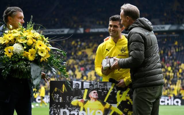 Christian Pulisic (Mitte) wird vor seinem letzten Heimspiel gegen Fortuna Düsseldorf von Manager Michael Zorc (l.) und Geschäftsführer Hans-Joachim Watzke verabschiedet