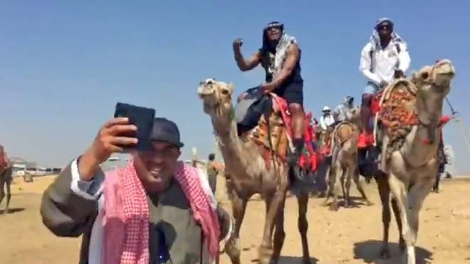 Marshawn Lynch als Rapper auf einem Kamel