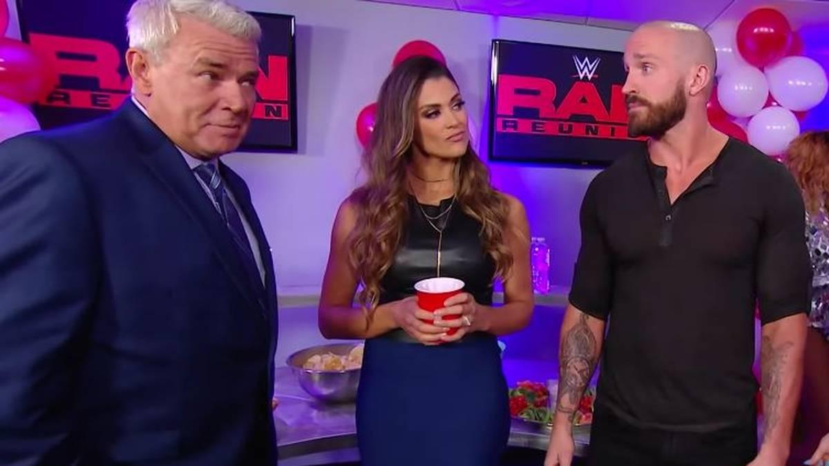 Eric Bischoff (l., mit Eve Torres und Mike Kanellis) trat im Juli 2019 kurz bei RAW auf