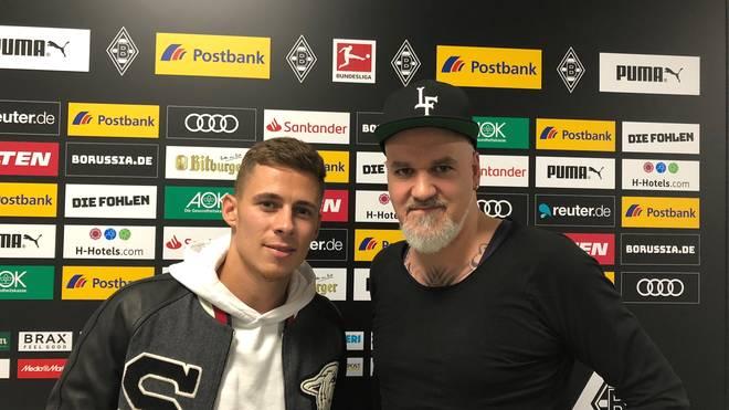 SPORT1-Reporter Reinhard Franke (r.) traf Eden Hazard in Mönchengladbach zum Interview