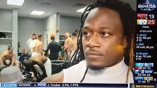 """Adam """"Pacman"""" Jones wird vom NFL-Sender interviewt - im Hintergrund sind nackte Teamkollegen zu sehen"""