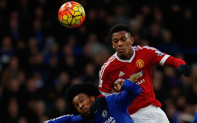 Premier League: Anthony Martial verlängert bei Manchester United, Chelseas Willian (l.) im Duell mit Anthony Martial von Manchester United