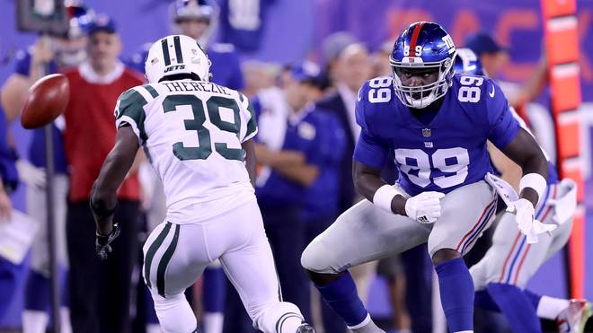 Robenson Therezie von den New York Jets und Jerell Adams von den New York Giants nach einem Onside-Kick