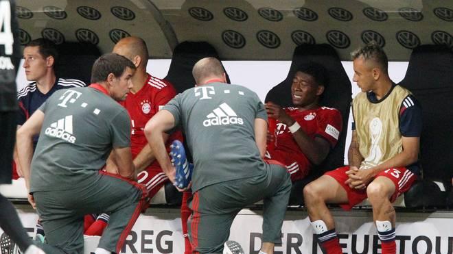 David Alaba krümmt sich vor Schmerzen auf der Bank des FC Bayern