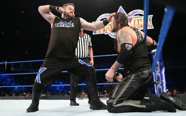 Baron Corbin (r., mit Kevin Owens) bekam bei WWE SmackDown Live die Chance, vor WrestleMania noch Champion zu werden