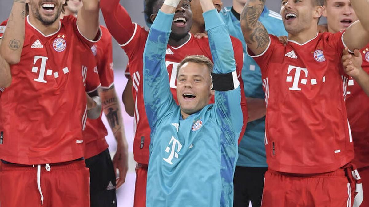 Manuel Neuer hält den fünften Pokal der Saison in die Höhe