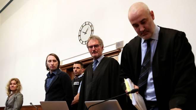 BVB-Anschlag: Verteidigung beantragt weniger als zehn Jahre Haft für Sergej W. , Sergej W. (2. von links)  zusammen mit seinen Verteidigern vor Gericht