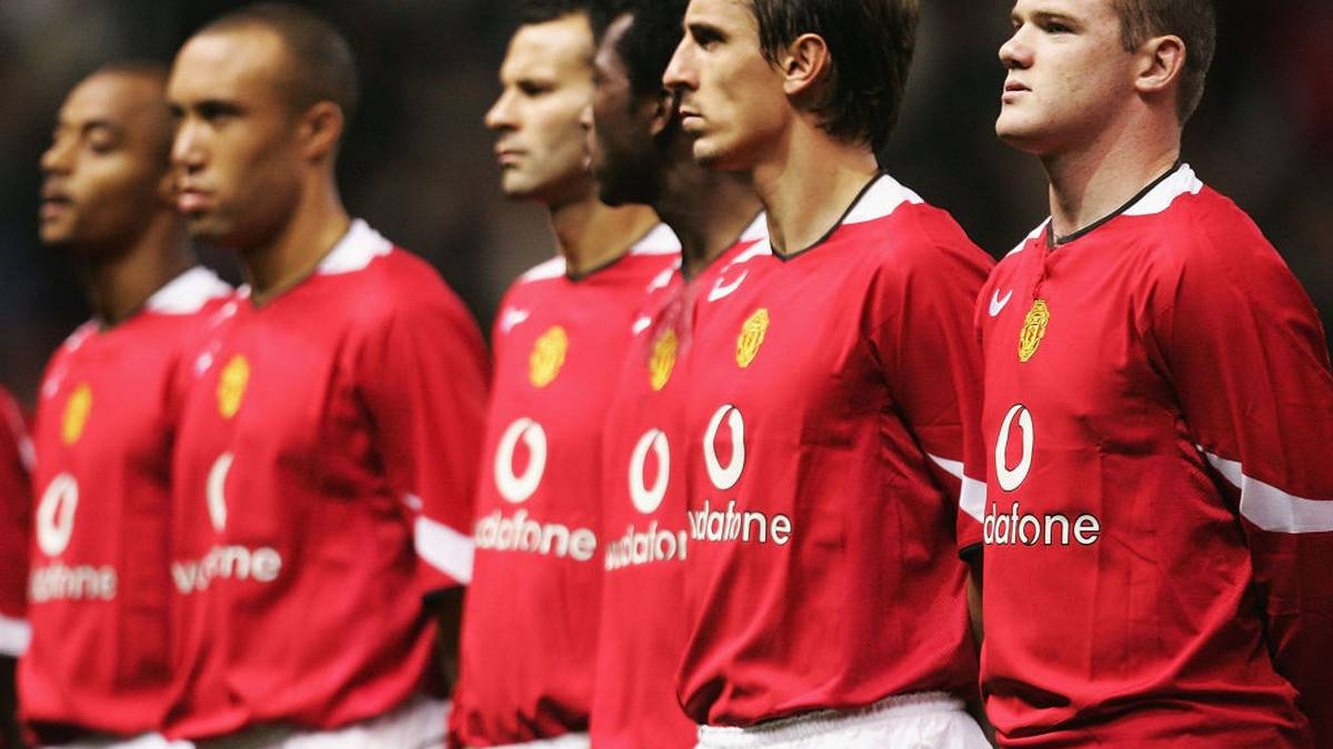 MANCHESTER, ENGLAND - SEPTEMBER 28:  Wayne Rooney of Manchester United (R) lines up for the first time in a United shirt during the UEFA Champions League Group D match between Manchester United and Fenerbahce SK at Old Trafford, on September 28, 2004 in Manchester, England.  (Photo by Laurence Griffiths/Getty Images)