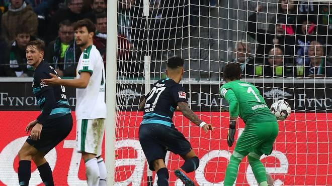 Borussia Moenchengladbach v Hertha BSC - Bundesliga: Davie Selke (M.) erzielt für Hertha BSC das 3:0 bei Borussia Mönchengladbach