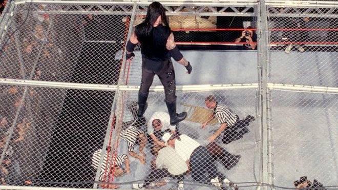 Der Undertaker (oben) und Mick Foley bestritten bei WWE ein lebensgefährliches Match