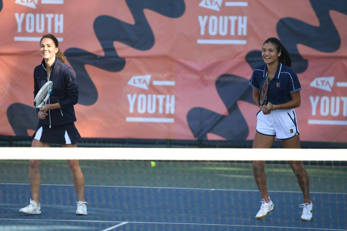 US-Open-Siegerin Emma Raducanu hatte bei einem Empfang London eine ganz besondere Doppelpartnerin. Sie spielte an der Seite von Herzogin Catherine.