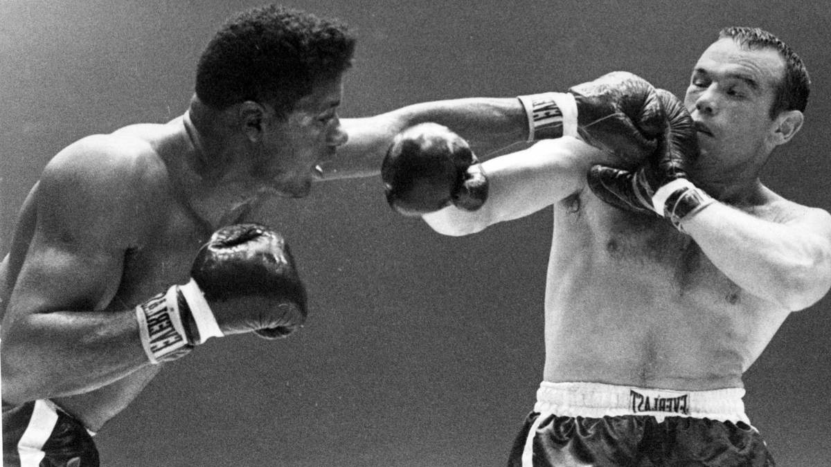 Im zweiten Kampf gegen Ingemar Johansson (r.) holte sich Floyd Patterson (l.) als erster Boxer überhaupt seinen WM-Titel zurück