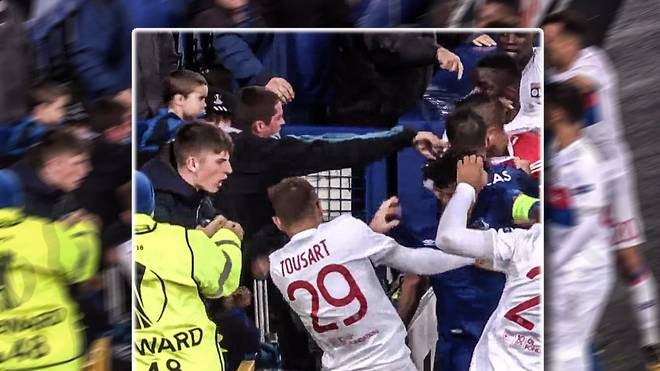 Ein Zuschauer mit Kind auf dem Arm attackiert Lyon-Keeper Anthony Lopes