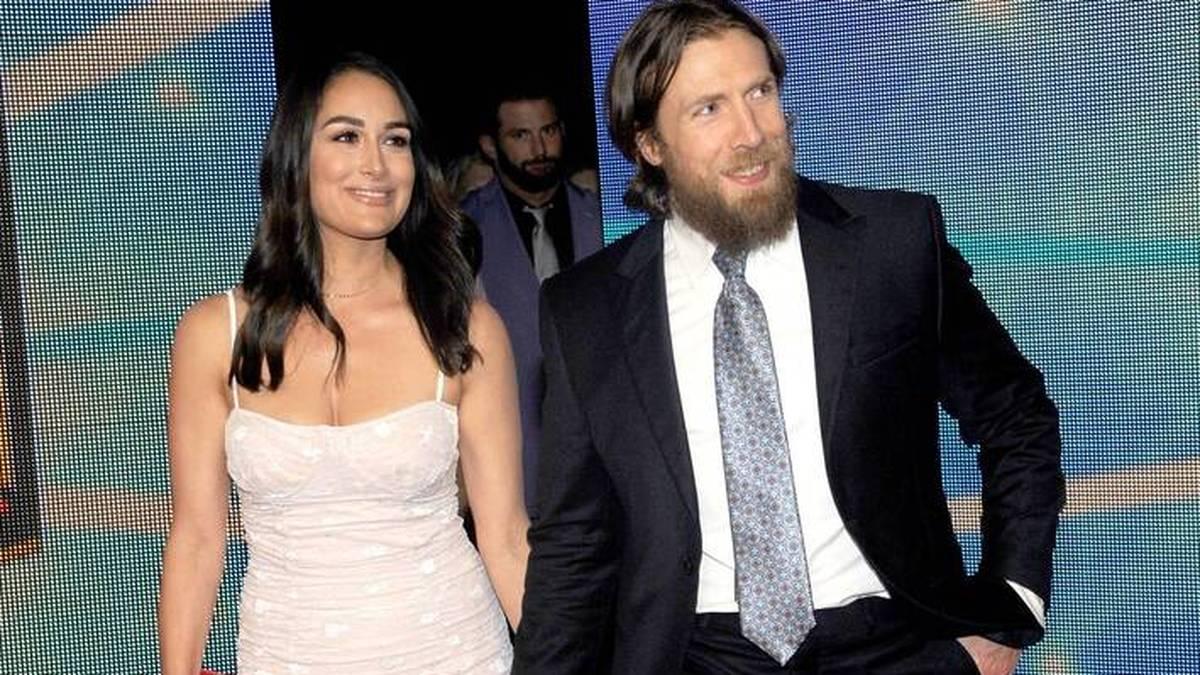 Bryan Danielson (r.) bildete mit Ehefrau Brie Bella ein WWE-Traumpaar