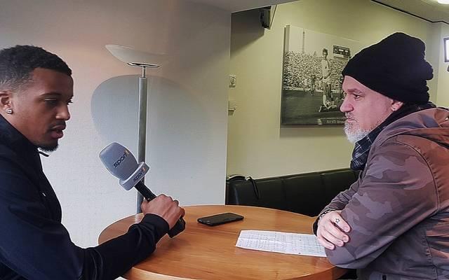 SPORT1-Reporter Reinhard Franke (r.) traf Alassane Plea in Mönchengladbach zum Interview
