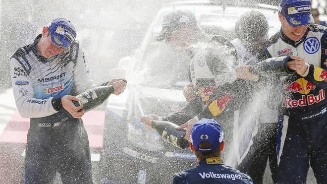 Feiern mit den Großen: Evans darf im Volkswagen-Kreis Champagner sprühen