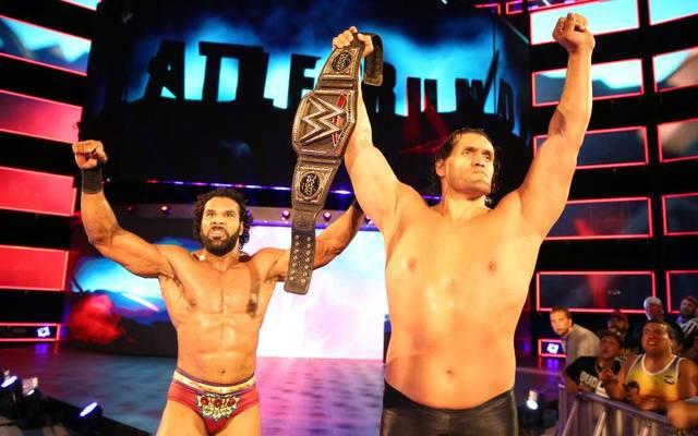 Der Great Khali (r.) soll WWE World Champion Jinder Mahal (l.) unter die Arme greifen