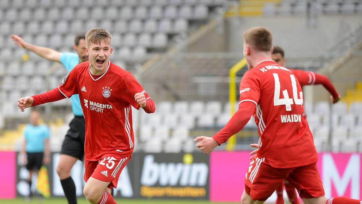 Torben Rhein (l.) feiert den Treffer zum 2:1 gegen den VfB Lübeck