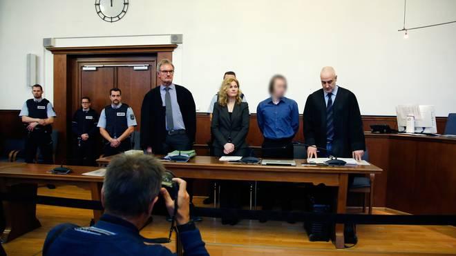 Sergei W (2.v.r.) wird angeklagt, die Explosionen am BVB-Bus herbeigeführt zu haben
