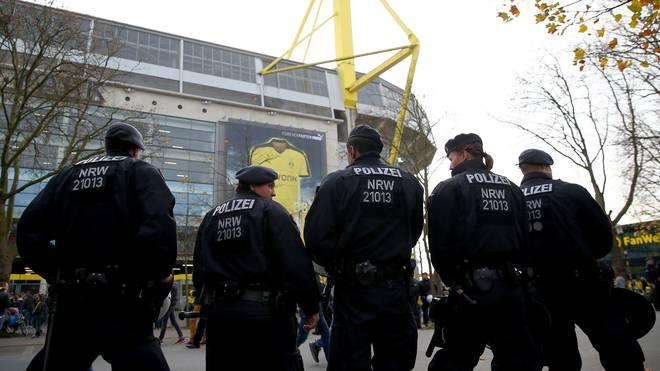 Polizei vor dem Signal Iduna Park von Borussia Dortmund