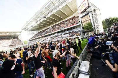 Fans des RC Lens stürmten gegen Lille den Platz