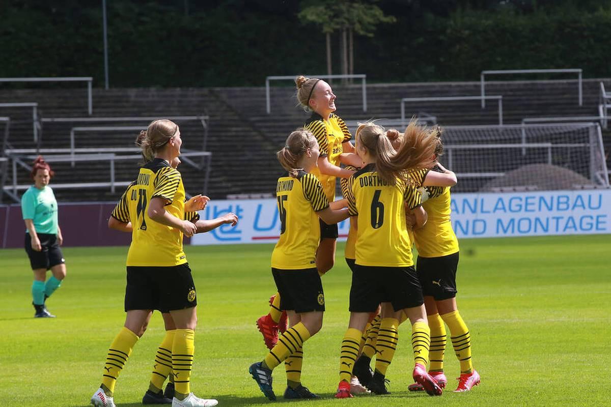 Nicht nur die Bundesliga-Männer von Borussia Dortmund dürfen einen Sieg bejubeln. Auch die Frauen haben mächtig Grund zu feiern.