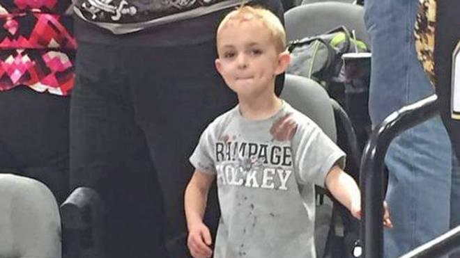 Der fünfjährige James Evans lässt sich das Ende der Partie nicht entgehen
